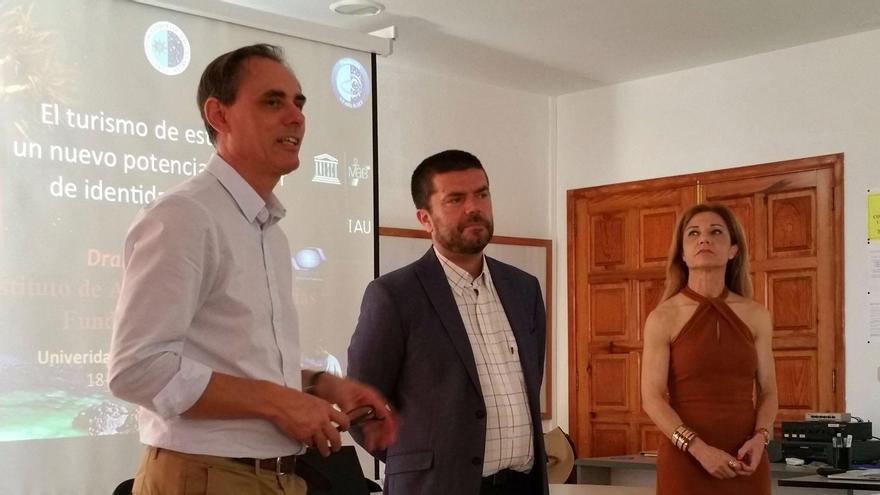 Carlos Fernández Hernández (i), profesor de la Facultad de Economía, Empresa y Turismo de la Universidad de La Laguna, y Francisco García, vicerrector de Relaciones con la Sociedad de la ULL.