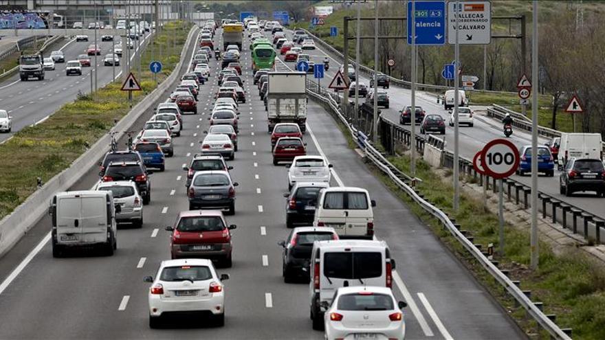Tráfico muy complicado en la salida de Madrid por la A-3, con 40 km de atasco
