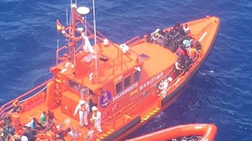 Salvamento rescata a 50 inmigrantes de una patera en el Estrecho