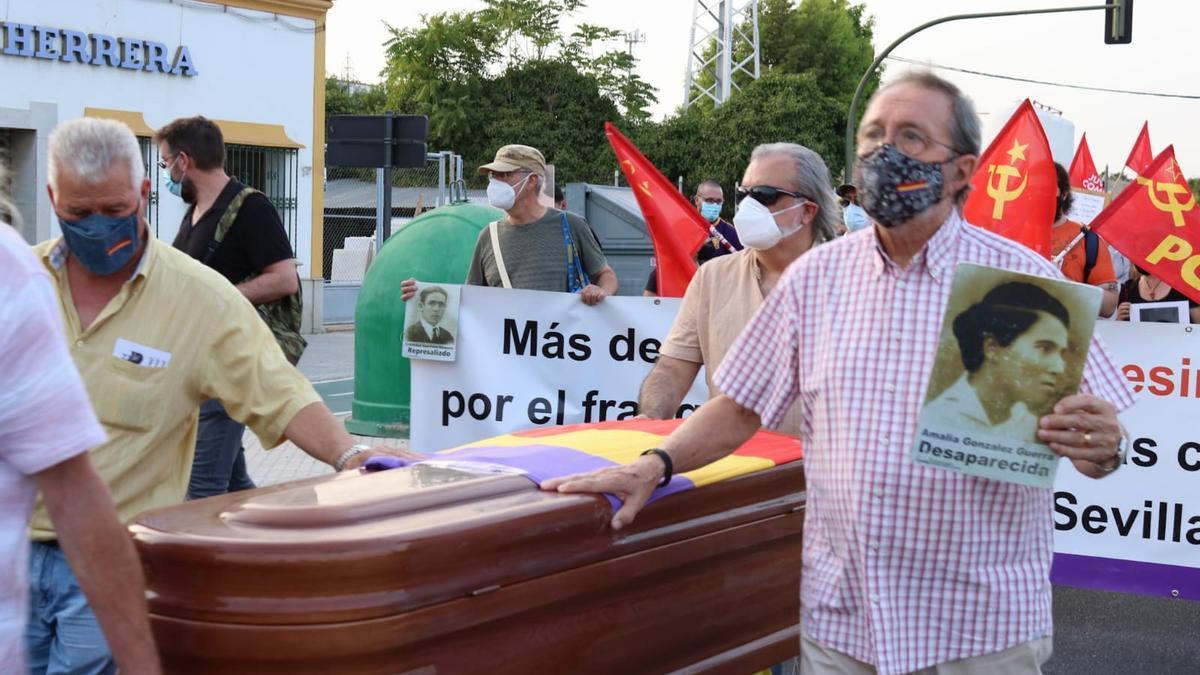 Miembros del movimiento memorialista llevando un féretro como símbolo de la sepultura digna que reclaman para los represaliados por la dictadura