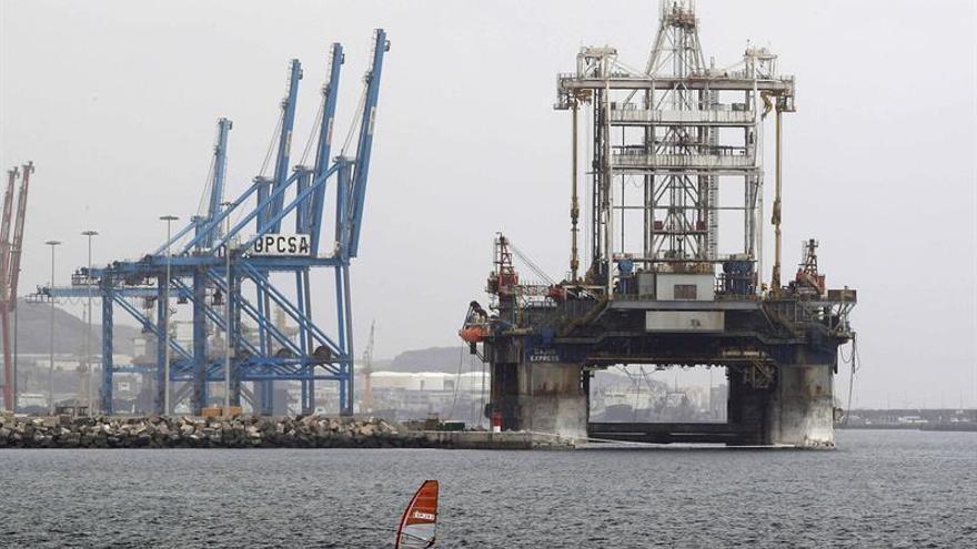 En la imagen, varias plataformas atracadas en el dique Reina Sofía del puerto de Las Palmas de Gran Canaria. EFE/Elvira Urquijo A.