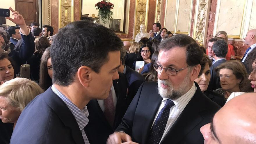 Mariano Rajoy y Pedro Sánchez conversan en el Congreso durante la recepción con motivo del día de la Constitución