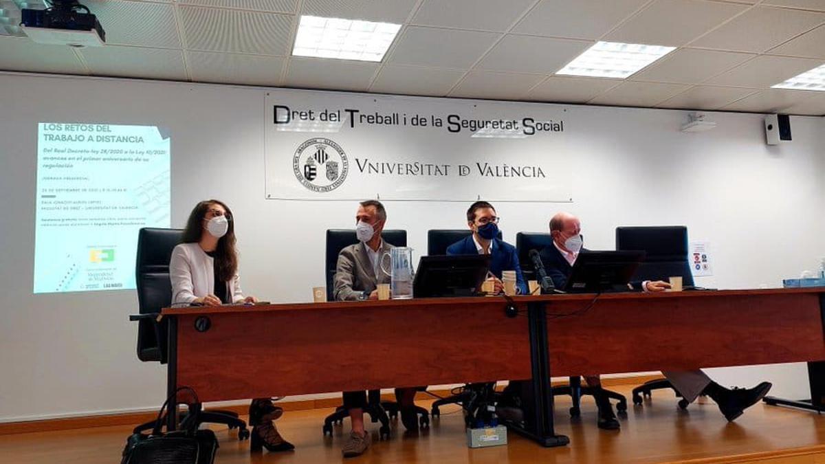 Una de las mesas de la jornada celebrada este jueves en la facultad de Derecho de la Universitat de València.