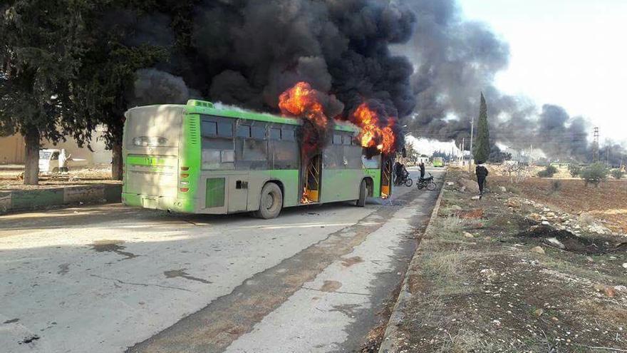 Varios autobuses atacados y quemados tras una evacuación cerca de Idlib