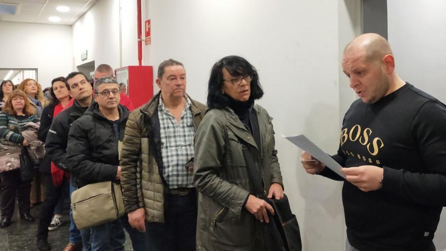 Los aspirantes a las 4.005 plazas fijas de Correos entran en el aula donde harán el examen.