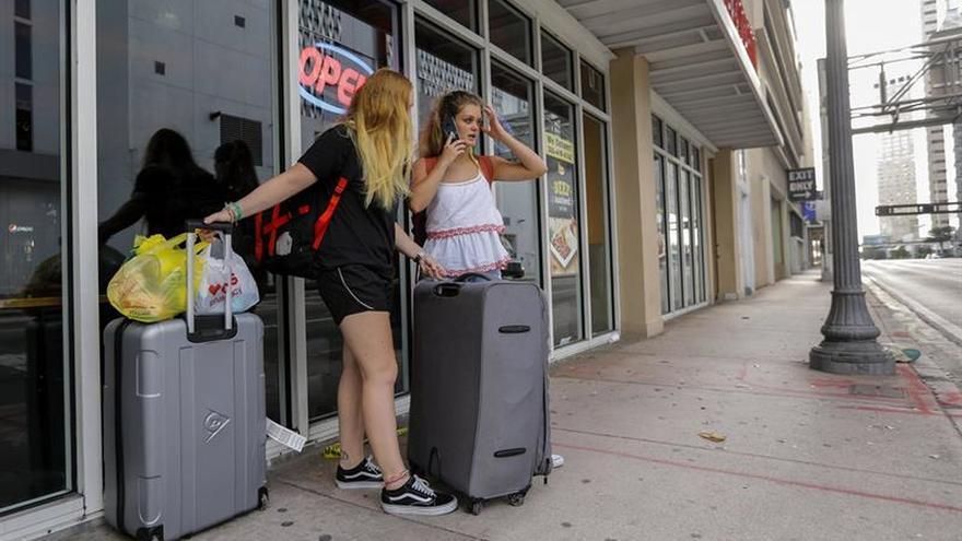 Los turistas y residentes de la Florida siguen el éxodo masivo contra el reloj por Irma