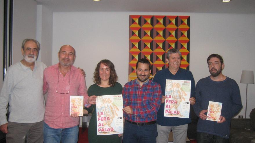 Representants del col·lectiu organitzador junt amb les autoritats culturals del Consell, Ajuntament de València i Diputació de València