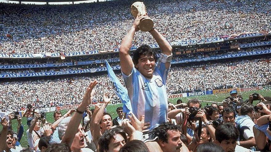 Maradona en lo más alto: capitán de la Selección que ganó México 86.