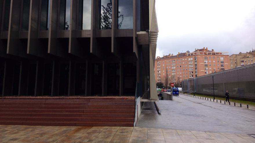 El edificio del laboratorio. A la derecha, una de las rampas de acceso al almacén.