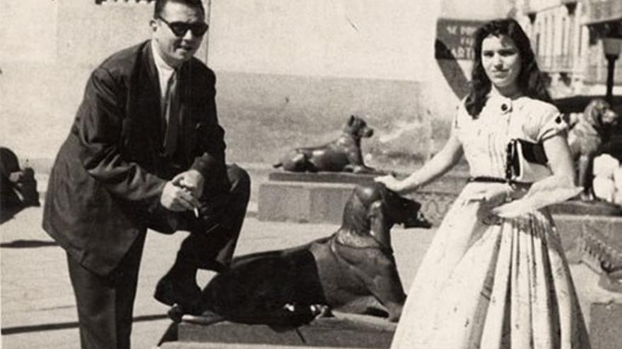 Nestor Álamo junto a la joven Mary Sánchez.