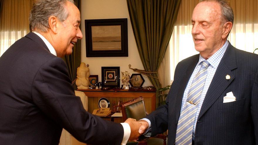 El presidente de la Xunta de Galicia, Manuel Fraga se reúne con Juan Miguel Villar Mir, en 2002.