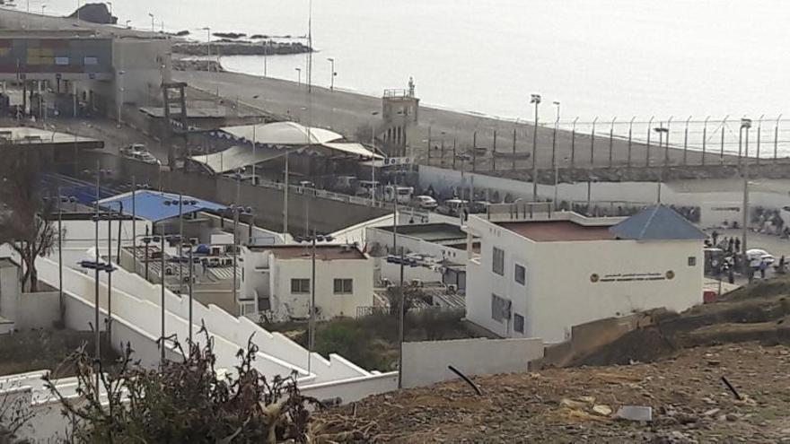 Una furgoneta con 52 migrantes revienta la frontera de Ceuta a gran velocidad