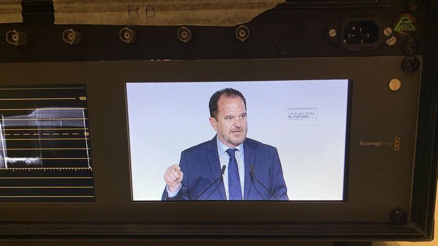 Carlos Iturgaiz, visto en uno de los monitores de televisión durante el mitin de arranque de campaña en Vitoria