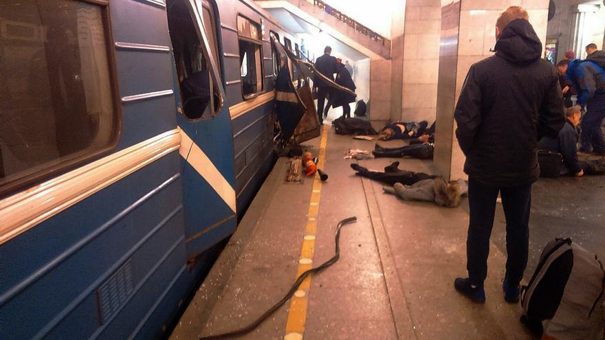 Varias personas son atendidas junto al vagón en el que se ha producido una explosión en el metro de San Petersburgo