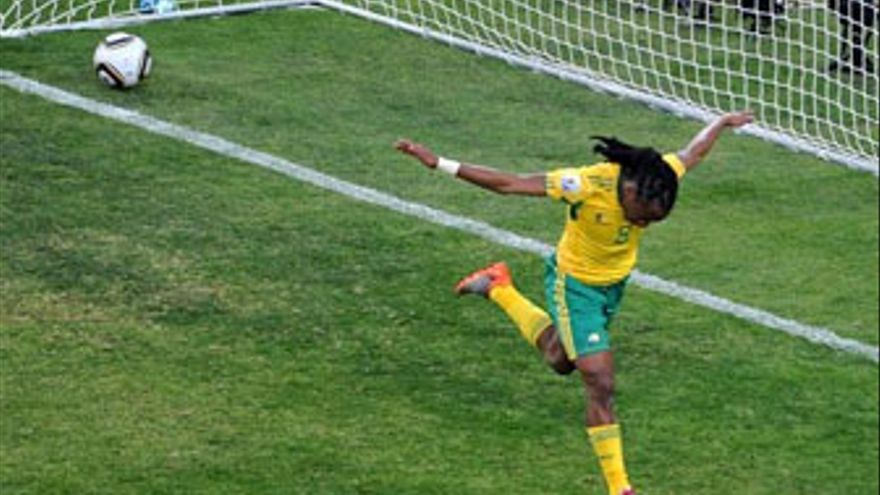 Tshabalala celebra el primer gol del Mundial 2010. (EUROPA PRESS)