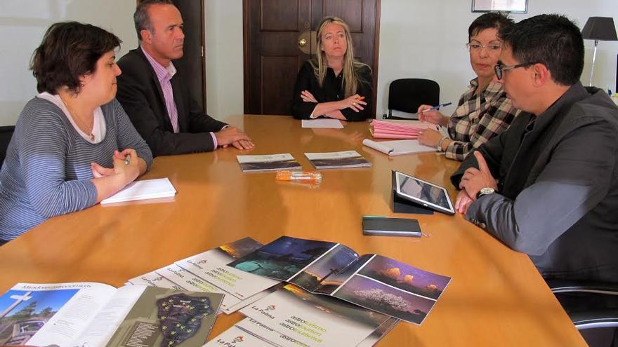 En la imagen, Raúl Camacho y María de Haro (centro), en la reunión mantenida con representantes de empresas de astroturismo.