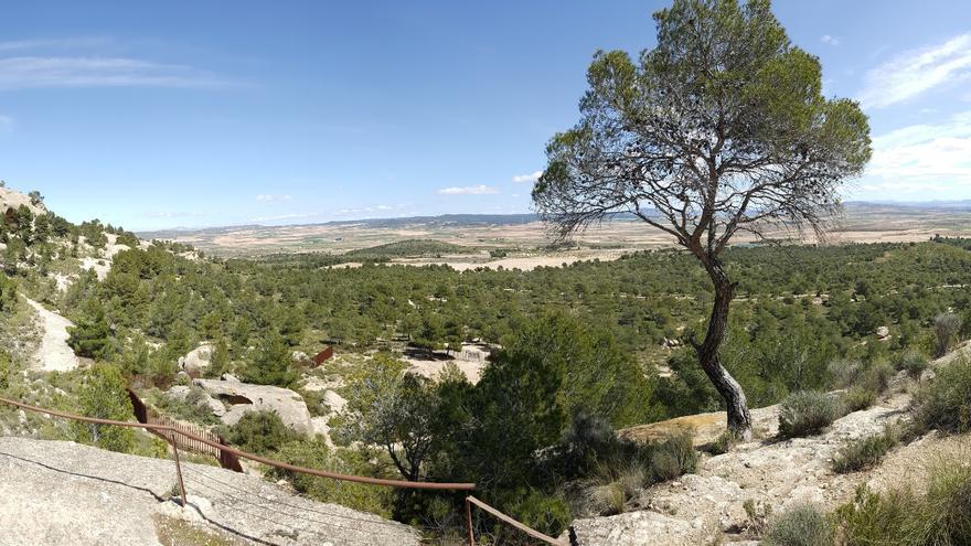 Vista desde el mirador oficial de sureste a suroeste (sólo visible término de Yecla), mientas que la explotación se ubica al noreste, tras la vertiente norte del monte (Albacete)