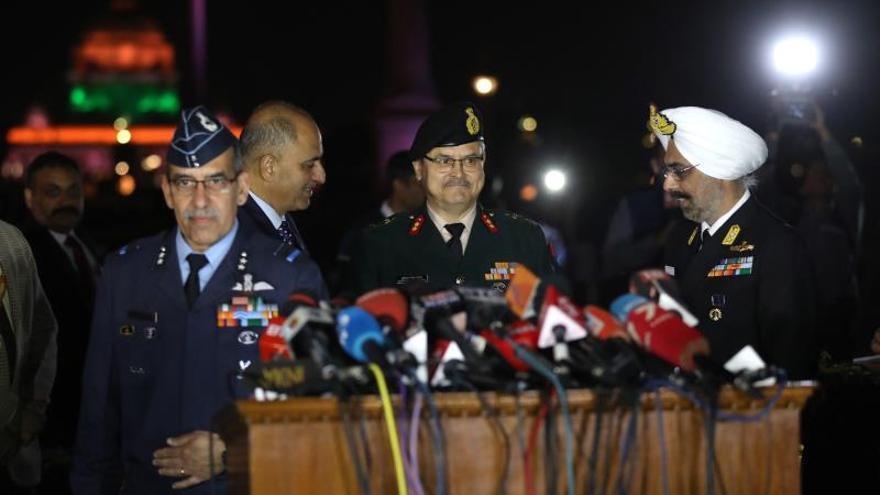 Varios oficiales de las fuerzas armadas indias ofrecen una rueda de prensa tras los ataques aéreos registrados entre los dos países.