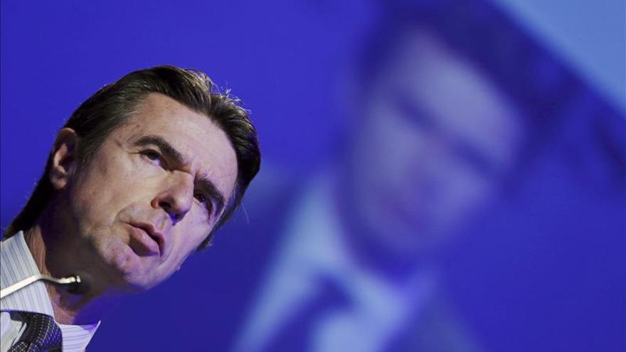 Soria avanza que la parte regulada de la luz subirá en 2014 por el déficit