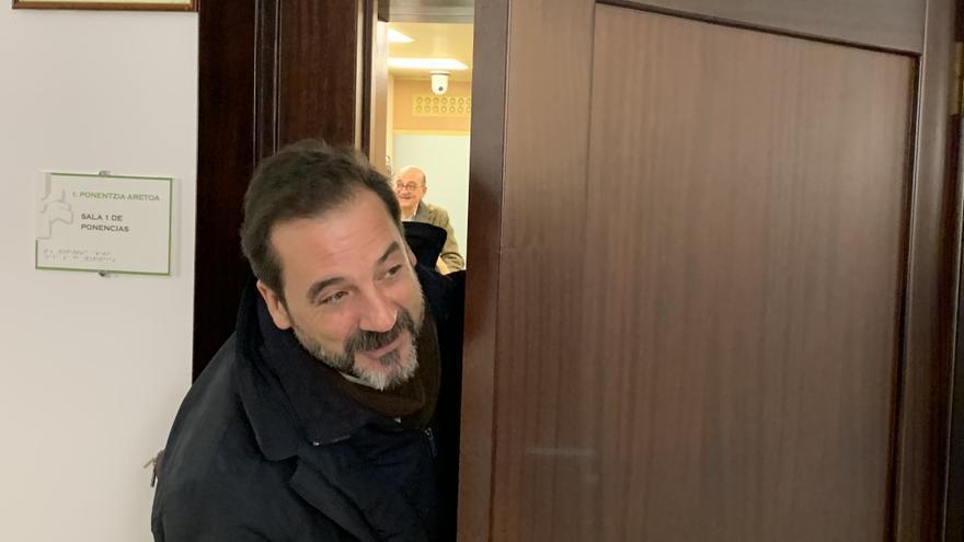 El experto propuesto por EH Bildu, Iñigo Urrutia, a su llegada a la reunión. Al fondo, Mikel Legarda