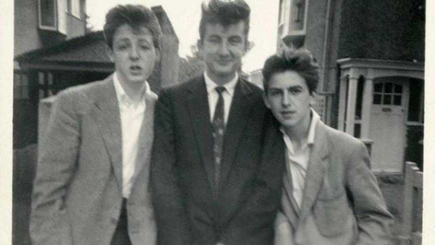 El del medio es Ivan Vaughan, el Cupido mais grande du mundo. A la izquierda, su compañero de escuela. A la derecha, Jorgito, un alumno del mismo instituto pero más chico: también lo iban a sumar a The Quarrymen.