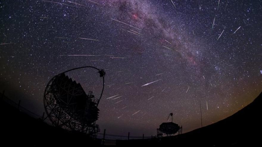 """""""Gamma-rays and Comet Dust"""" (Rayos Gamma y polvo de cometa). Crédito: Daniel López. Esta imagen, en la que se ven los telescopios MAGIC, en el Observatorio del Roque de los Muchachos (Garafía, La Palma), y la lluvia de estrellas de las Perseidas, fue seleccionada como Astronomy Picture of the Day por la NASA el 20 de agosto de 2016: https://apod.nasa.gov/apod/ap160820.html"""