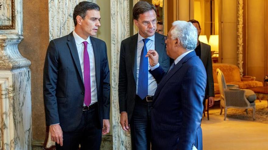 El presidente del Gobierno español, Pedro Sánchez; el primer ministro holandés, Mark Rutte; y el primer ministro portugués, Antonio Costa.