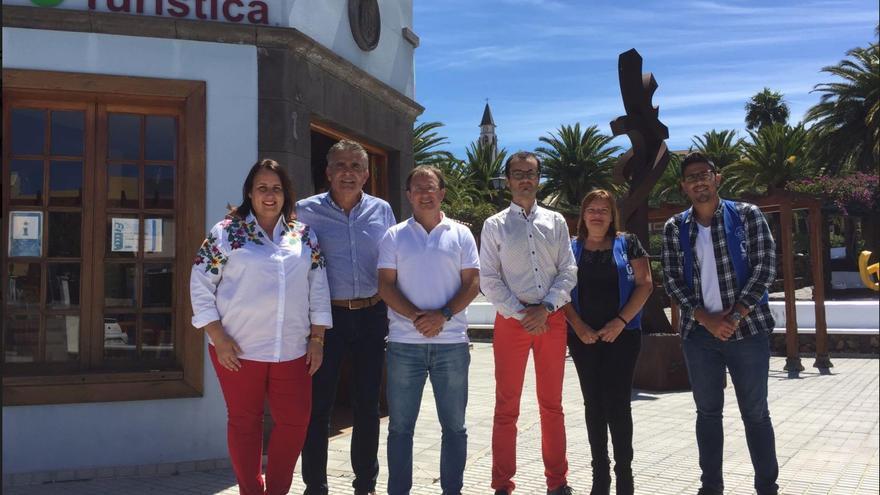 De izquierda a derecha: Beatriz Rodríguez, gerente de Asdetur; Oscar León, presidente del CIT Tedote; Sergio Rodríguez, alcalde de El Paso; Jorge Miranda, gerente del CIT Tedote; Ana Santos, informadora de la Oficina de El Paso -personal del CIT Tedote-; y Alejandro Martín, informador de la Oficina de El Paso.
