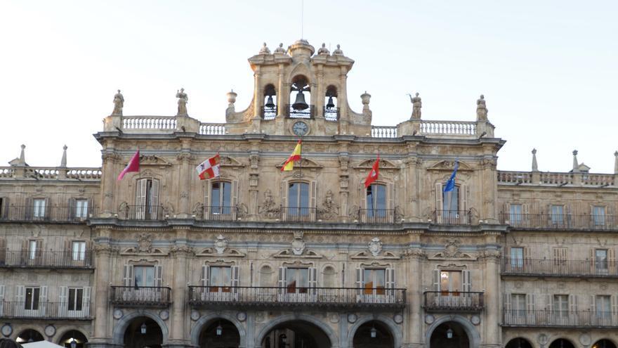Pablo Casado, junto a presidentes autonómicos del PP, el alcalde de Salamanca y el presidente de la Diputación provincial, en la Plaza Mayor de la capital salmantina.