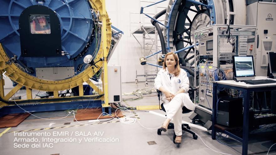 Imagen de archivo de Mary Barreto al lado del instrumento EMIR en la sala de Armado, Integración y Verificación de la sede central del IAC (fotograma del vídeo 'IAC Investiga-Galaxias').