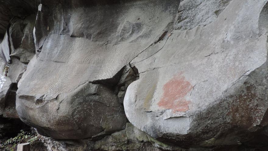 En la imagen, mancha de tierra roja en los grabados. Foto: JORGE PAIS
