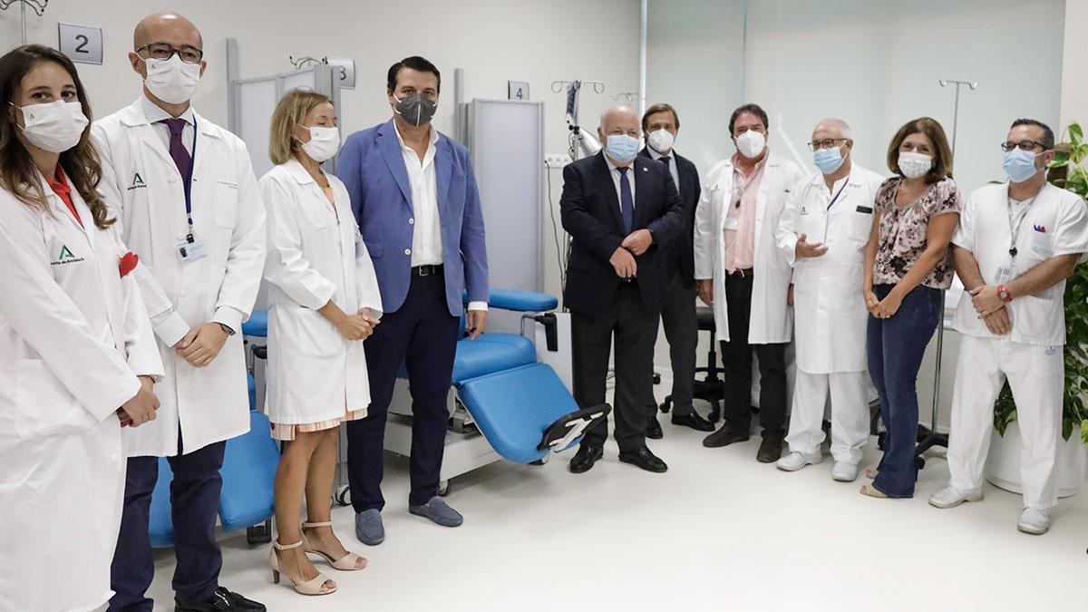 El consejero de Salud y Familias, Jesús Aguirre visita el Hospital de Día de Infecciosos y el nuevo Acelerador Lineal de Electrones (ALE) del Hospital Reina Sofía de Córdoba