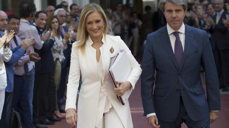 Cristina Cifuentes, escoltada por su consejero de Presidencia, Ángel Garrido, a su llegada a la comisión de investigación de la Asamblea de Madrid / Víctor Blanco