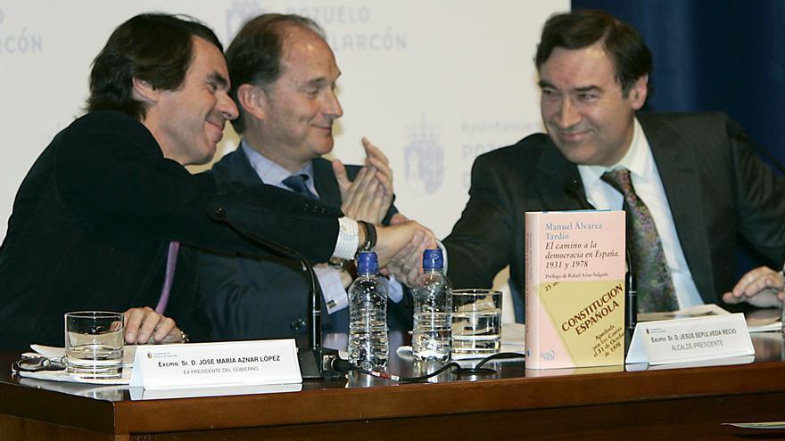 José María Aznar saluda a Pedro J. Ramírez en una  conferencia en Pozuelo de Alarcón en 2007.