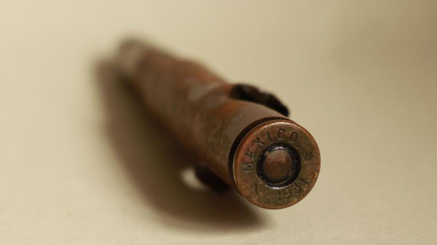Imagen del culote de la bala en la que se observa el año y país de fabricación. | Fotos: GABRIEL HERRERÍA - DESMEMORIADOS