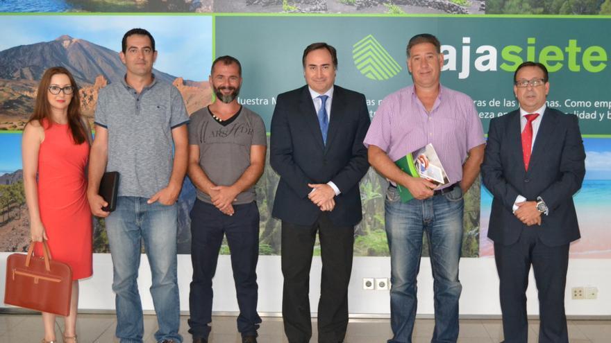 En la imagen, representantes de Cajasiete y de la Federación de Trabajadores de los Puertos de Canarias.