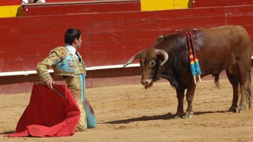 Un alumno de la escuela taurina de la Diputación de Valencia, en una novillada.