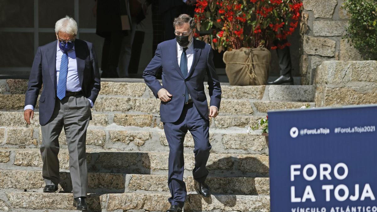 Los expresidentes del Gobierno Felipe González  y Mariano Rajoy, durante la segunda jornada del III Foro La Toja-Vínculo Atlántico, celebrado en la isla de La Toja, en la localidad pontevedresa de O Grove.