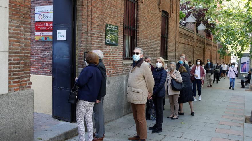 Largas colas en los colegios electorales de Madrid para votar a primera hora