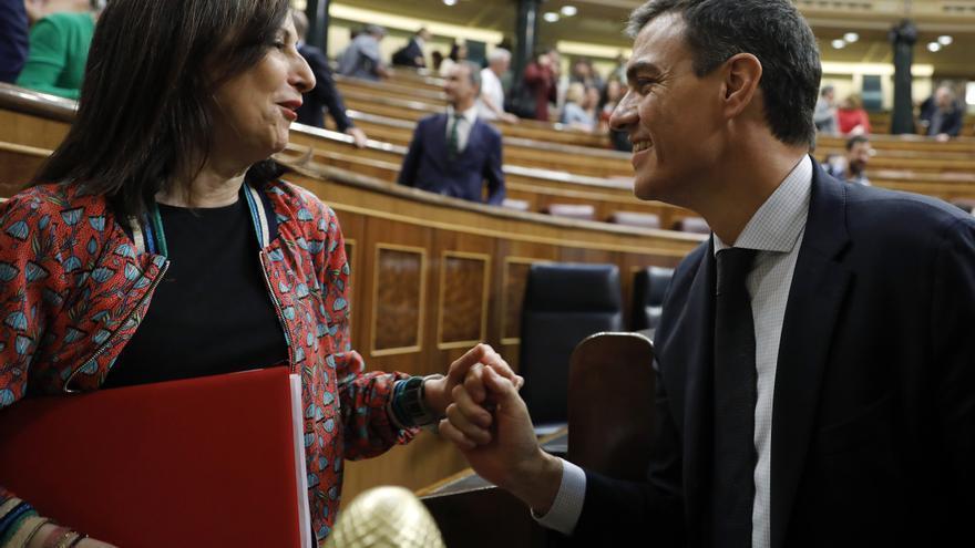 Pedro Sánchez saluda a Margarita Robles tras la aprobación de la moción de censura.