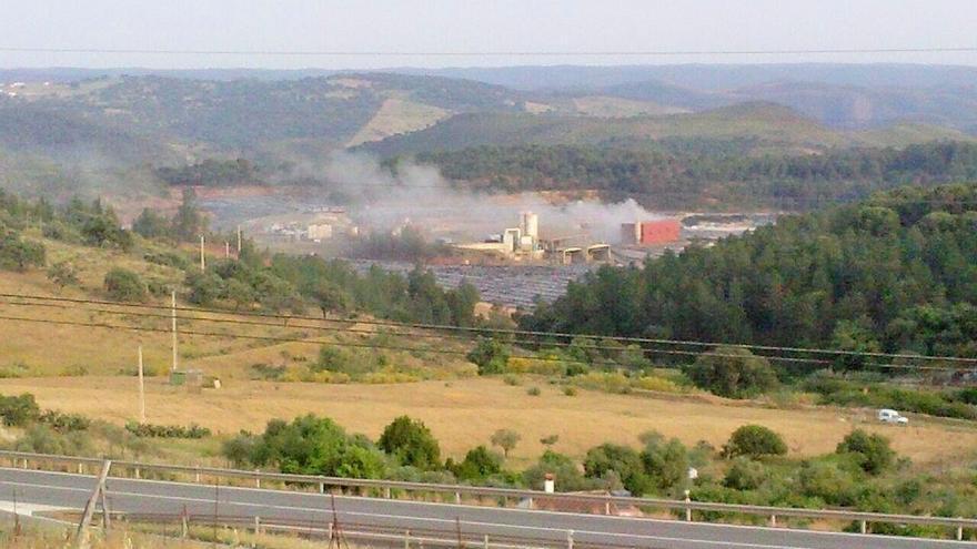 Ecologistas denunciará ante la Junta un supuesto incendio en el vertedero de residuos de Nerva
