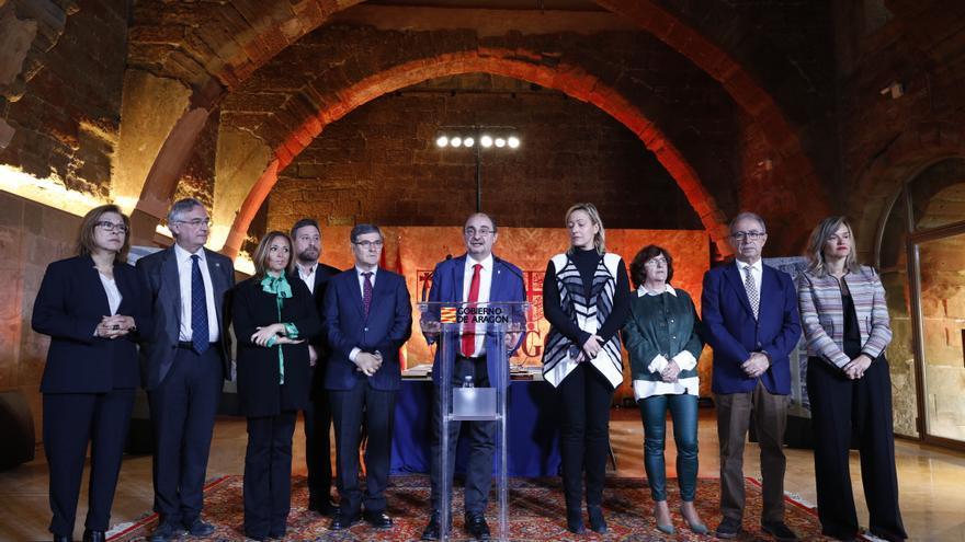 El presidente de Aragón, Javier Lambán, rodeado de sus consejeros y consejeras, en el Monasterio de Sijena