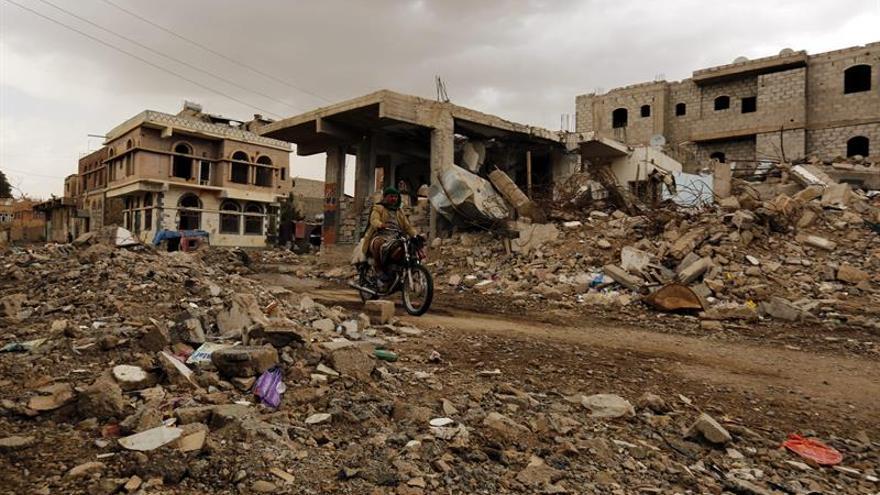 Un hombre pasa por delante de las ruinas de un edificio destruido en Saná, Yemen.