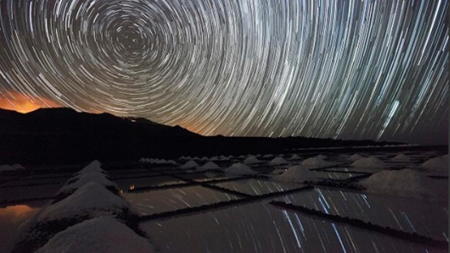Imagen del cielo nocturno captada en las Salinas de Fuencaliente. Foto: JUAN ANTONIO GONZÁLEZ