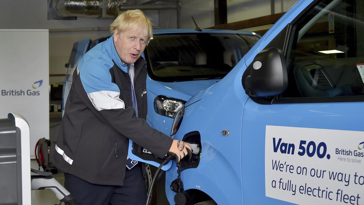 El primer ministro británico, Boris Johnson, carga una camioneta eléctrica durante una visita a una academia de entrenamiento de British Gas en Leicestershire.