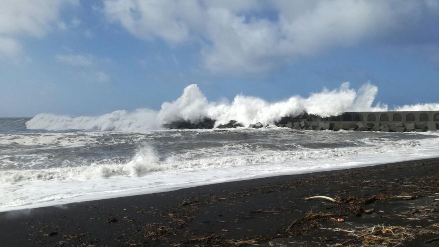 El mar continúa batiendo este jueves con fuerza en la playa del Puerto de Tazacorte.