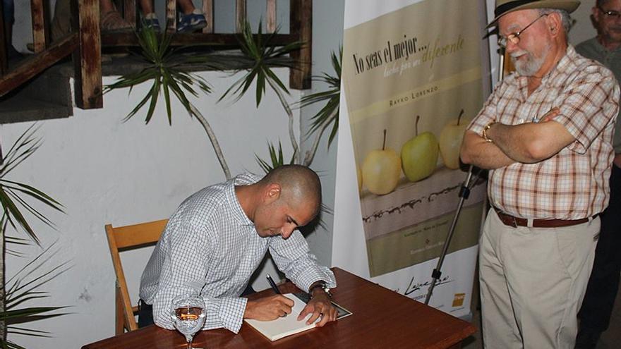 Rayko Lorenzo firmando ejemplares de su obra en el Teatrino.