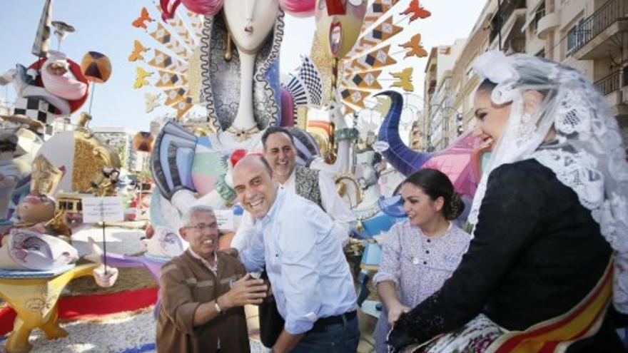 El presidente de 'Séneca-Autobusos', José Amand, es felicitado por el alcalde de Alicante, Gabriel Echavarri, en presencia de la Bellea del Foc de 2015, Carmen Caballero