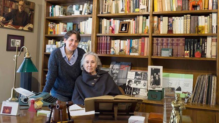 La viuda Juana de Grandes y una de las hijas de Labordeta, Paula, tras el escritorio de trabajo de Labordeta, que permanece intacto. Foto: Juan Manzanara