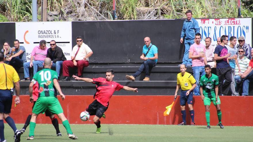 En la imagen, un momento de partido CD Mensajero-Sestao River Club celebrado en el Silvestre Carrillo. Foto: JOSÉ AYUT.